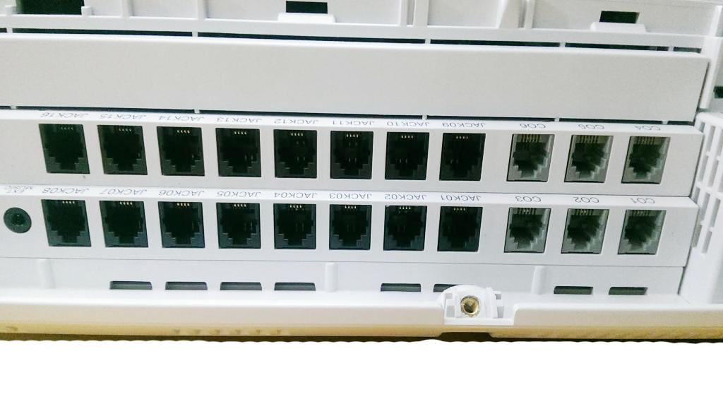 Tổng đài KX-TES824 gồm 6 cổng bưu điện và có thể kết nối với 16 máy phụ vctel