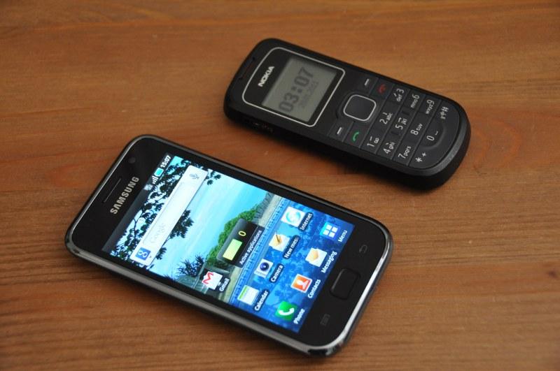 Smartphone với điện thoại Nokia cổ vctel
