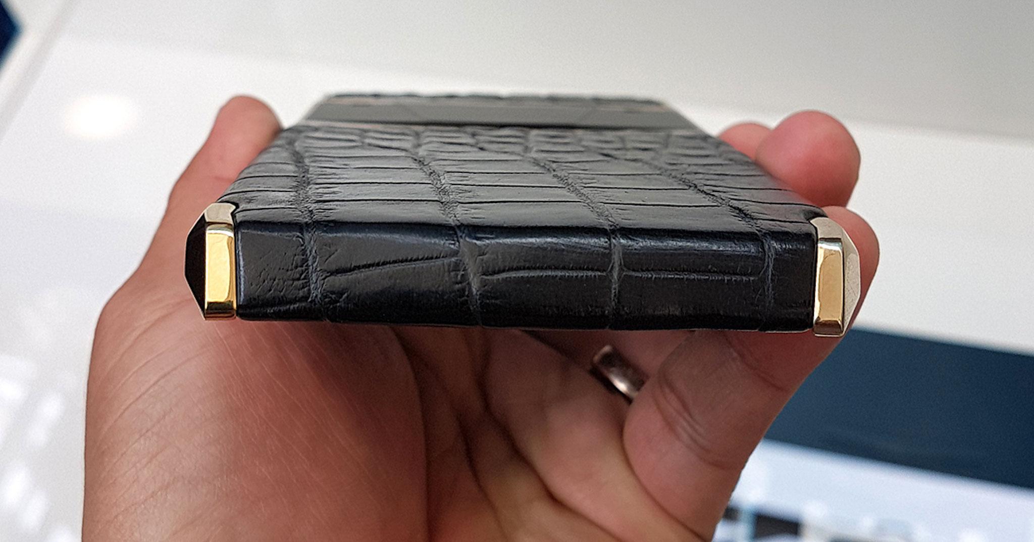 Mặt sau của Viettel Luxury Phone được bọc bằng da thật vctel